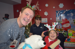 Phil Tufnell brings Christmas Day joy to The Children's Trust @Childrens_Trust